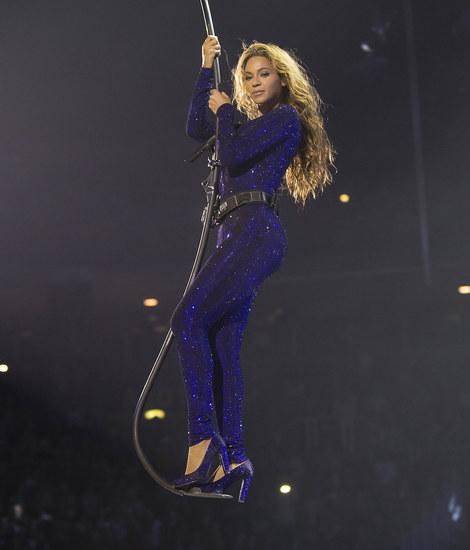 Beyonce gliding in Vrettos Vrettakos.